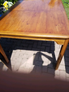 Nice dining table with 2 leaves
