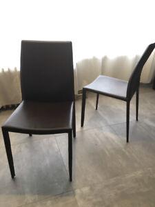 Lot de 4 chaises en cuir brun En très bonne état