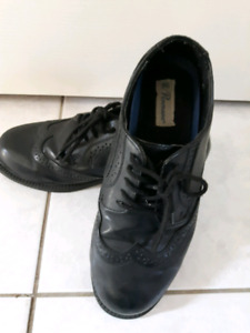 Mens/Teens dress shoes size 8 by Penmans