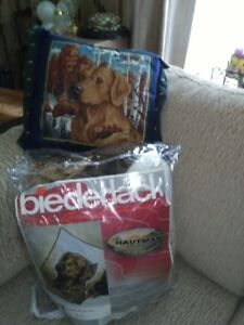 BLANKET WITH MATCHING PILLOW PICTURING A  DOG