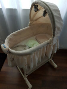 Baby bassinet with 3 organic cotton sheets (new)