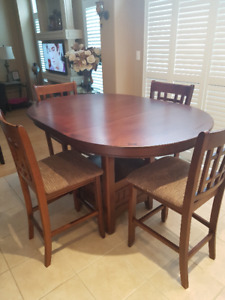 5 Piece Counter Height Dining Set LEONS MINT CONDITION