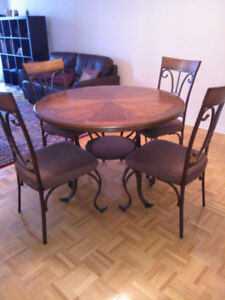 Table Round with 4 chairs - used