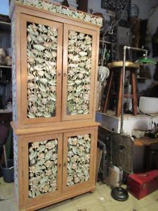 Très grand buffet de bois sculpté et peint à la main
