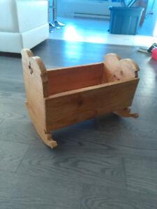 Berceau pour poupée en bois antique/vintage