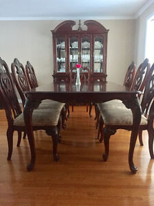 Table et 8 chaises / Table and 8 chairs