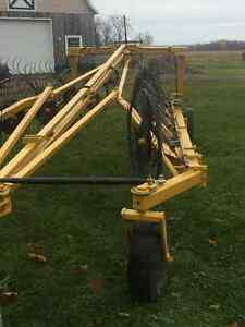 Wheel rake Buhler/Farm king for sale Gatineau Ottawa / Gatineau Area image 3