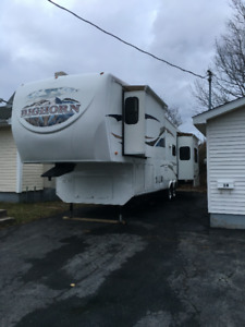 2009 bighorn  3400 re  , 5th wheel  3 slideouts  king bed