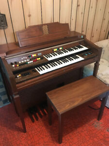 YAMAHA  ORGAN, EXCELLENT CONDITION, ROLL TOP, BENCH