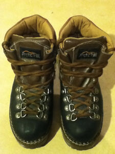 Women's Arctic Trail Waterproof Hiking Boots Size 7 London Ontario image 2