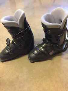 Women's Salomon ski boots 320/25.0 (size 8)
