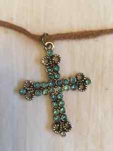 Collier avec pendentif en croix cross pendant necklace