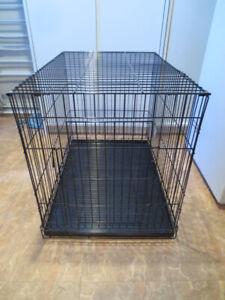 Cage pour animal en métal noir.