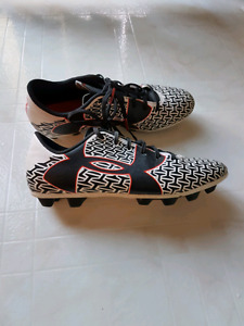 Youth Under Armour Soccer Cleats - Size 6