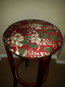 Wooden Stool : Top Rotates : like NEW : Sturdy/Strong