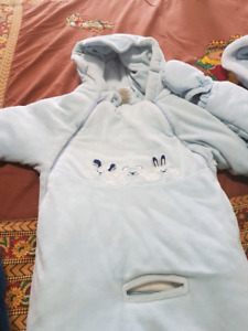 Baby boy snow suit 7$ firm size 6 to 12 months