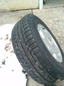 Four (4) Michelin X-ice P215/70 R15 snow tires & alloy rims >70%