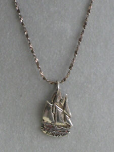 A BEAUTIFUL26-INCH STERLING SILVER NECKLACE with BLUENOSE PEND.
