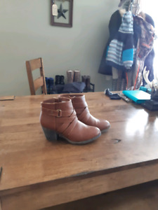 Womens Size 7 1/2 American eagle booties