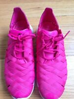 Nike fuchsia pink runners