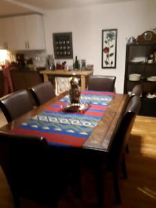 Grande table antique et 6 chaises en cuirette