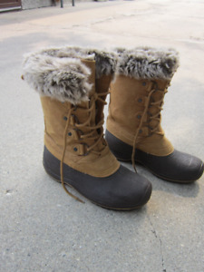 LADIES   WINTER   BOOT  -    MADE   IN   CANADA  -  SIZE   8