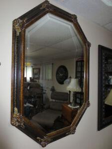 Grand miroir hexagonale biseauté structure noir et or.