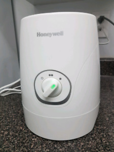 Honeywell cool moisture humidifier Model: HEV320WC, White.