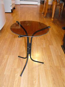 table à café ronde en vitre avec pied en métal noir