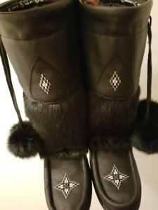 New Manitobah Mukluks w/proof winter boot for sale size 8, black