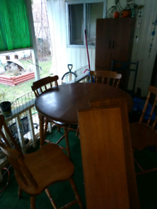 Table, 4 chairs, 2 leafs amd matching China cabinet