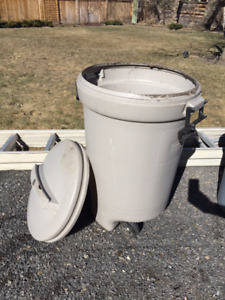 Free Garbage can with lid