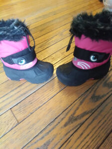 Size 8 girls snow boots in great condition.