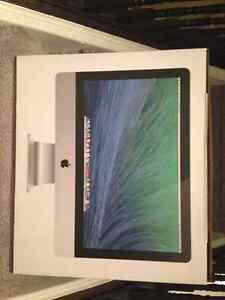 Mint Condition IMac including box, keyboard and mouse + IPad