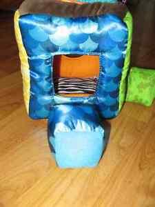 Cube en tissu avec forme et trous de formes assorties Saint-Hyacinthe Québec image 2