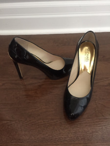MICHAEL KORS BLACK PATENT PUMPS!
