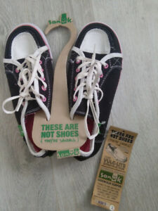 Brand new with tags girls sz 2 shoe