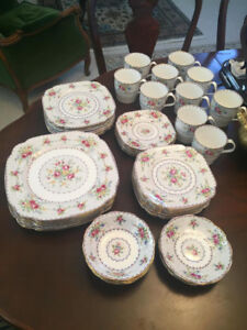 GORGEOUS COLLECTIBLE ROYAL ALBERT BONE , MADE IN ENGLAND FOR SAL