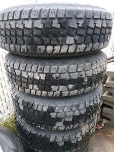 4 tres beau pneu d'hiver  235/75R15