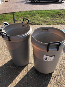 Rubbermaid Roughneck garbage bin/can. Plastic with roller wheels