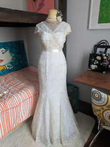 Ivory Lace Wedding Dress Size Small (4-6) Fit & Flare/mermaid