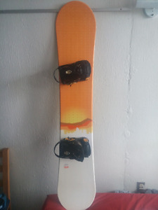 Snowboard Fresh 154 cm + fix Drake taille medium