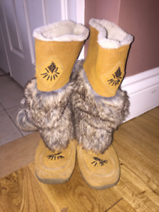 girl's moccasin boots - size 3
