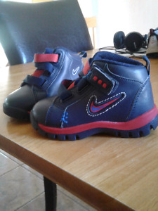 Nike toddler walking boots size 6 BRAND NEW