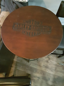 Harley Davidson ajustable table with 2 bar chairs