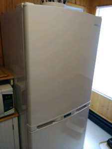 samsung 21 cubic fridge about 5 year + selling for 575.00