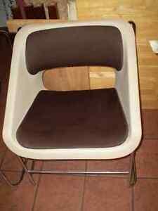 2 chaises en métal et plastique