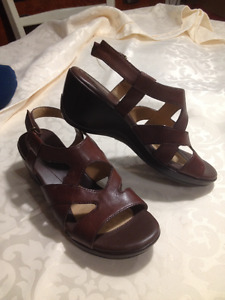 Ladies New Brown Naturalizer Leather Sandal Size 37.