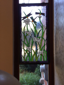 Vitrail de fenêtre en verre coloré avec libellules