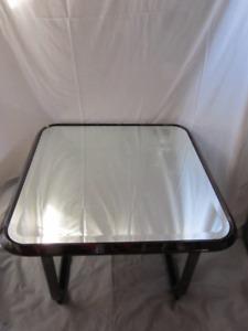 Deux tables d'appoint en métal
